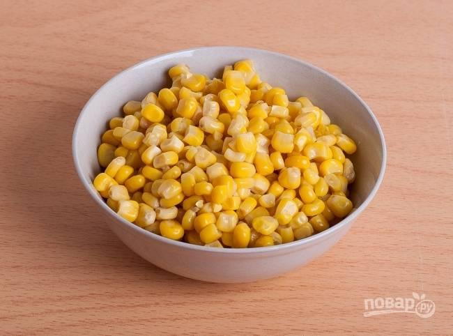 5.Открываю банку и сливаю воду с консервированной кукурузы.
