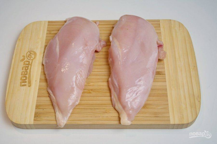 Куриное филе вымойте, обсушите. Удалите остатки костей и кожи. С одной стороны сделайте надрез в филе, создав кармашек.