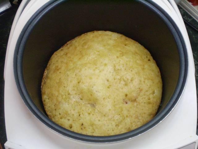 Пирог готов. У пирогов из мультиварки всегда светлый верх, поэтому можно перевернуть его на блюдо, или перевернуть в форме и допечь до красивой корочки.