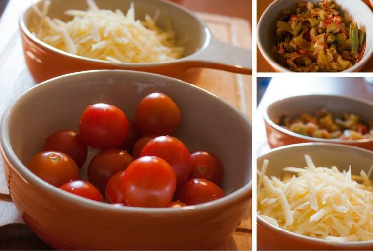 Сыр натрите на терке. Замороженные овощи потушите на сковороде с добавлением масла. Если у вас есть свежие овощи, конечно лучше воспользоваться ими.