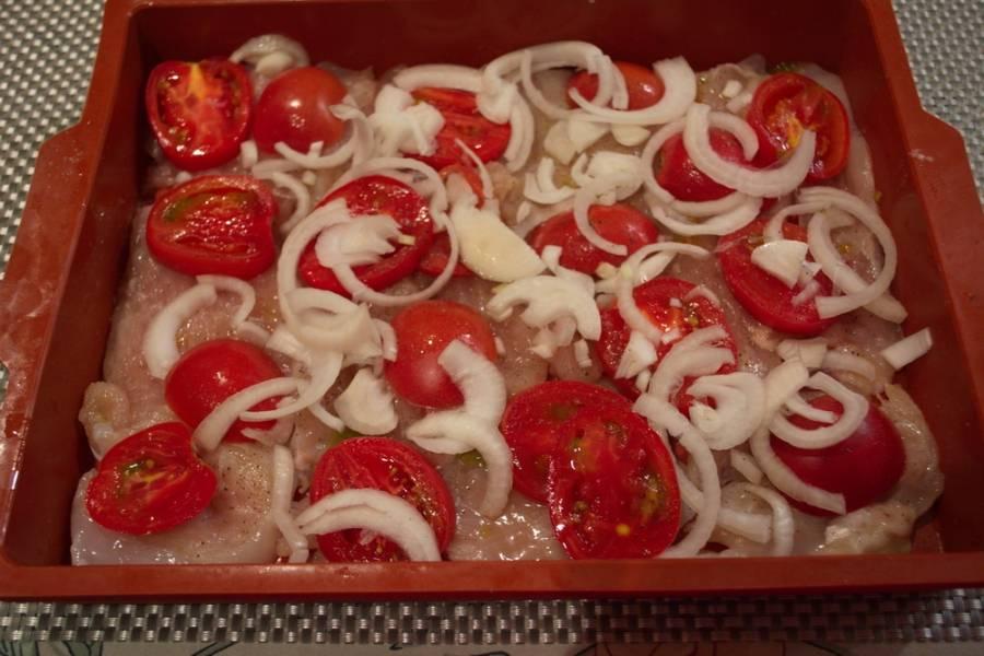 3. Репчатый лук нарезать полукольцами. Ошпарить кипятком. Делаем это для того, чтобы лук не давал горчинку в готовом блюде.