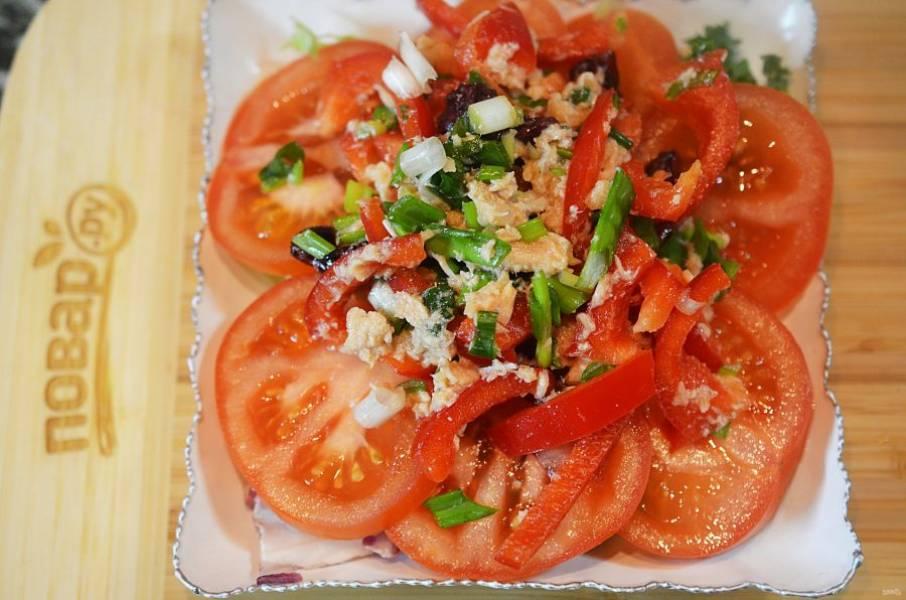 7. Выложите салат на помидоры.