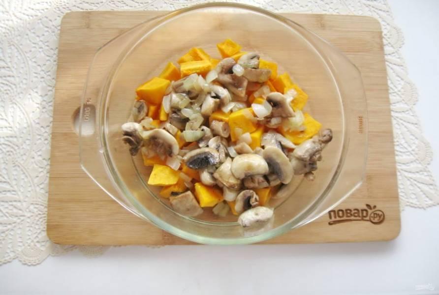 Добавьте жареный лук с грибами к тыкве.