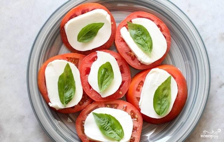 5. На кружочек помидора с сыром выложите листик базилика.