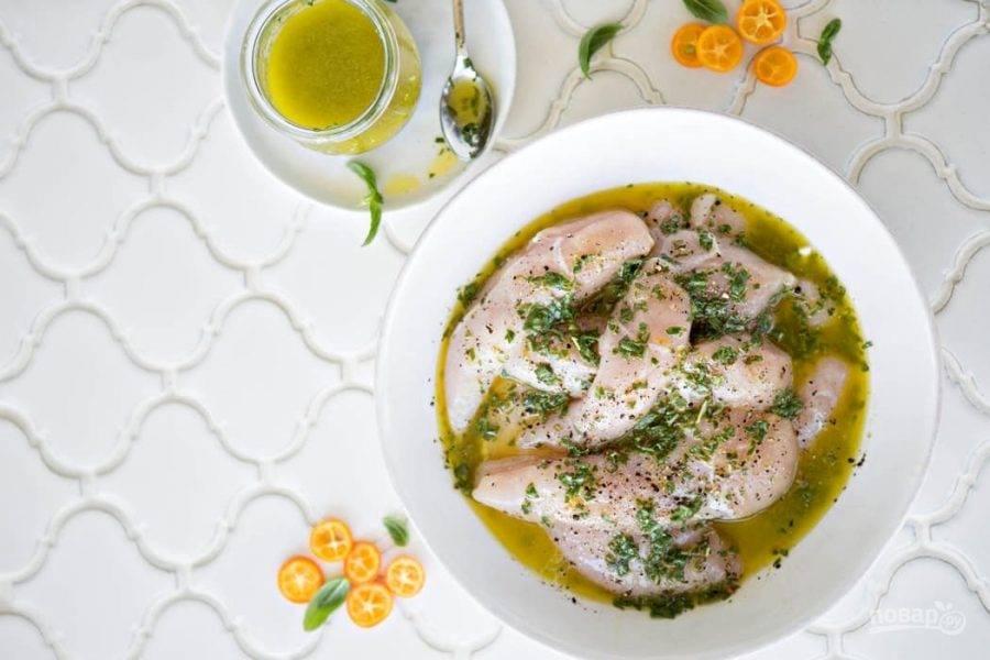 3.Поместите мясо в миску и залейте маринадом, разомните мясо и отправьте в холодильник на 30-120 минут.