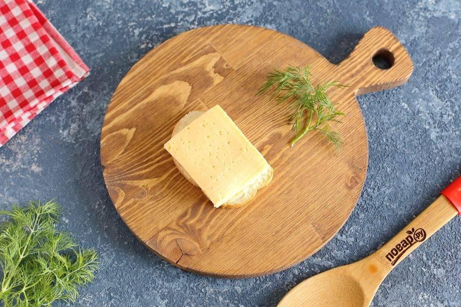 Итак, делаем первый бутерброд в виде божьей коровки. Для этого выложите на намазанный батон кусочек любого сыра.