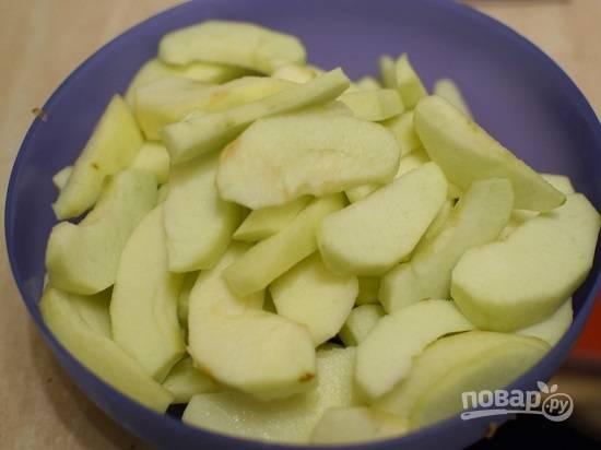 Нарезаем яблоки ломтиками и сбрызгиваем лимонным соком.