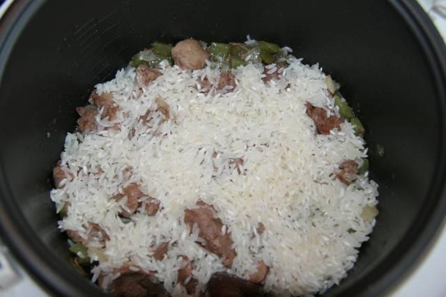 Кладем промытый рис.