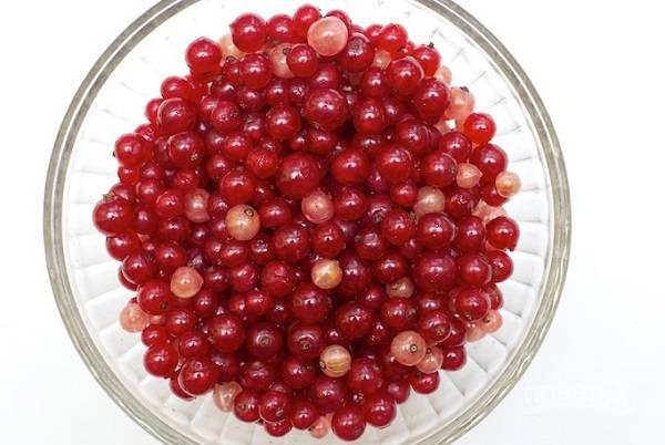 2. Смородину вымойте и обсушите. Аккуратно отделите ягодки от веточек.