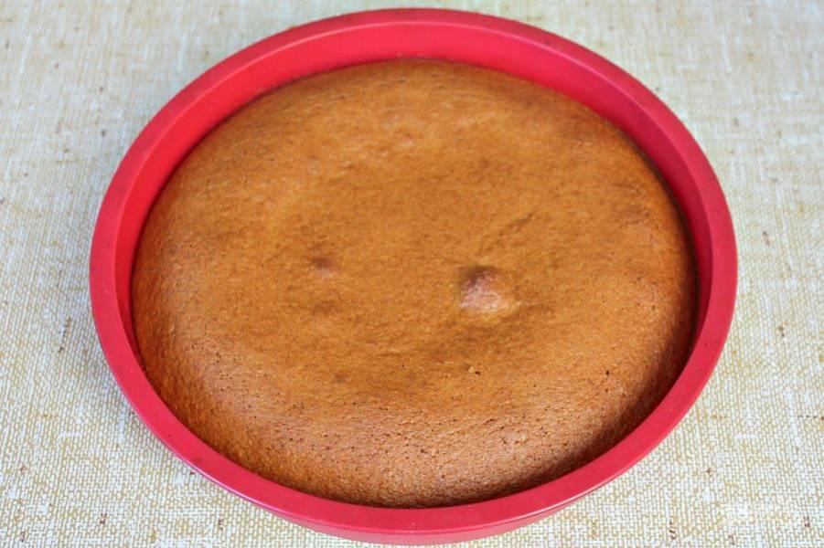 Готовый пирог достаем из духовки и извлекаем из формы.