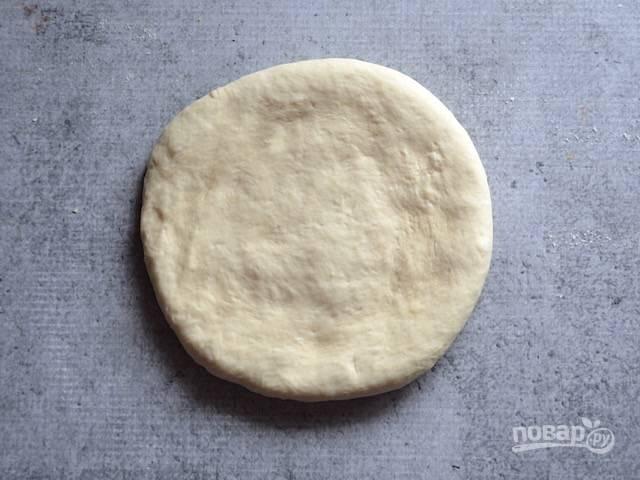 6.Разделяю тесто на 2 равные части, каждую скатываю в ком и сплющиваю в лепешку (если для хранения, то заворачиваю в пленку и отправляю в морозильную камеру).