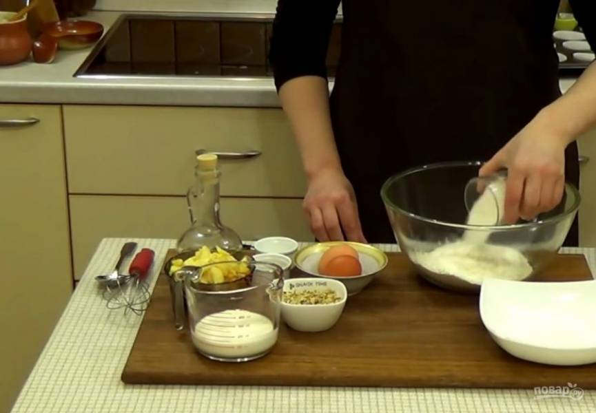 1. Приготовьте тесто: просеянную муку смешайте с сахаром, рублеными орехами, разрыхлителем и корицей. Смешайте до однородной массы.
