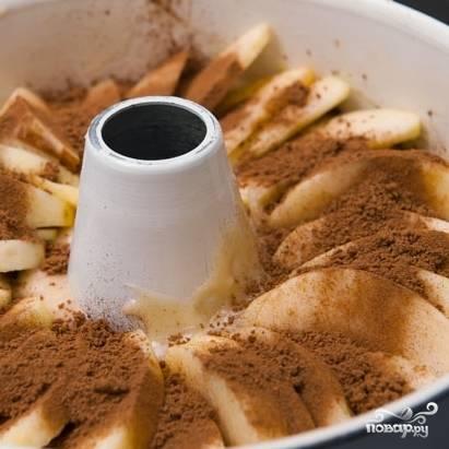 7. На часть выложенного теста разложите яблоки и посыпьте их смесью их корицы и сахара. Затем снова выложите тесто (оставшееся) и сверху - слой яблок, присыпанных корицей с сахаром. Выпекайте бабушкин яблочный пирог в разогретой до 160-170 градусов духовке в течение часа-полутора. Готовность проверяйте спичкой или зубочисткой.