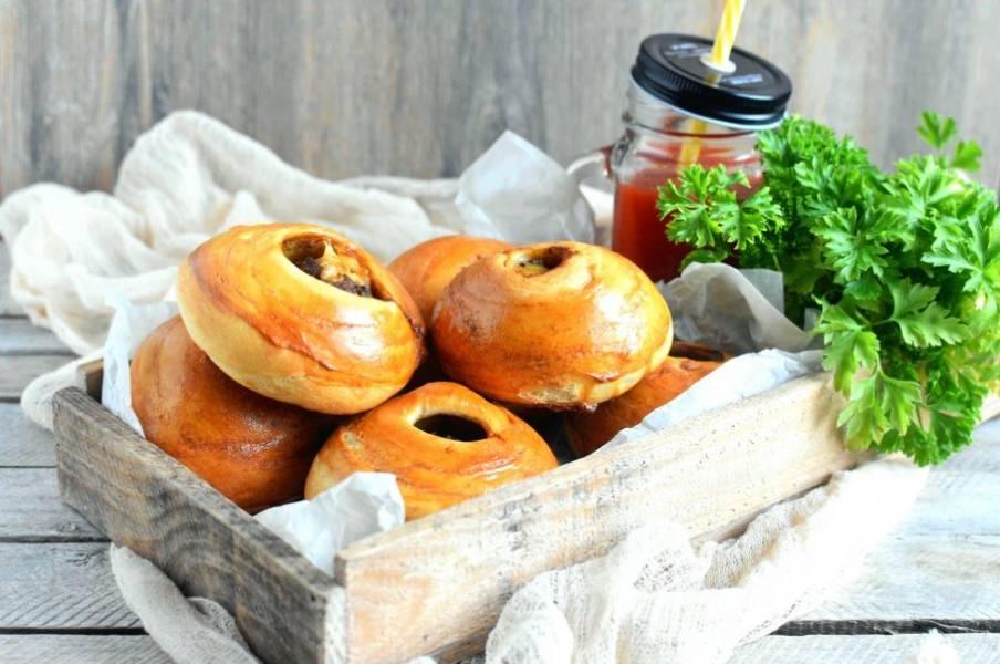 Готовым булочкам дайте немного отлежаться под салфеткой и подавайте теплыми со стаканом томатного сока.