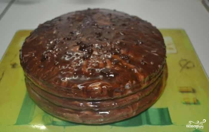 Растопите шоколад на водяной бане. Обмажьте им сверху торт.