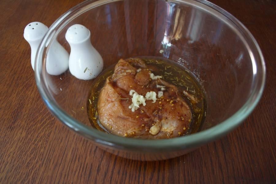 Смешайте все компоненты маринада в единой миске. Итак, смешиваем соевый соус, бальзамик, чеснок, хмели-сунели, паприку, оливковое масло. Помещаем в этот маринад подготовленное филе курицы. Можно взять и индейку. Тут по желанию. Маринад отлично подходит даже к свинине.