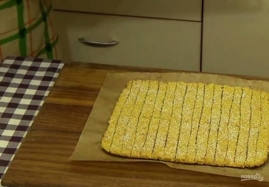 3.  Посыпьте тесто кунжутом и разрежьте на печенье. Выпекайте в разогретой до 190 градусов духовке 15 минут до легкого золотистого цвета.