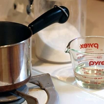 Первым делом сварим сахарный сироп из равного количества сахара и воды (смешиваем, ставим на огонь и варим до полного растворения сахара). Готовый сироп немедленно охладить - коктейль ведь делаем, а не чай.