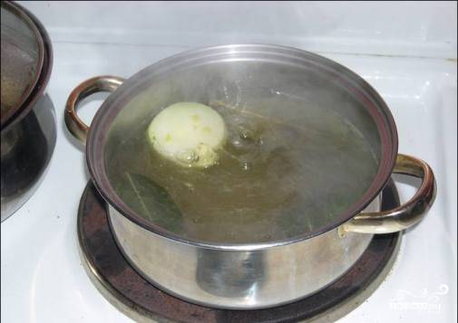 Чтобы не терять время, поставьте на огонь кастрюлю с водой, в ней будем варить мидии. Туда добавьте перец горошком, пару лавровых листов, если есть свежая или замороженная зелень - тоже пойдет, и небольшую луковицу, соль. Дайте воде немного покипеть.