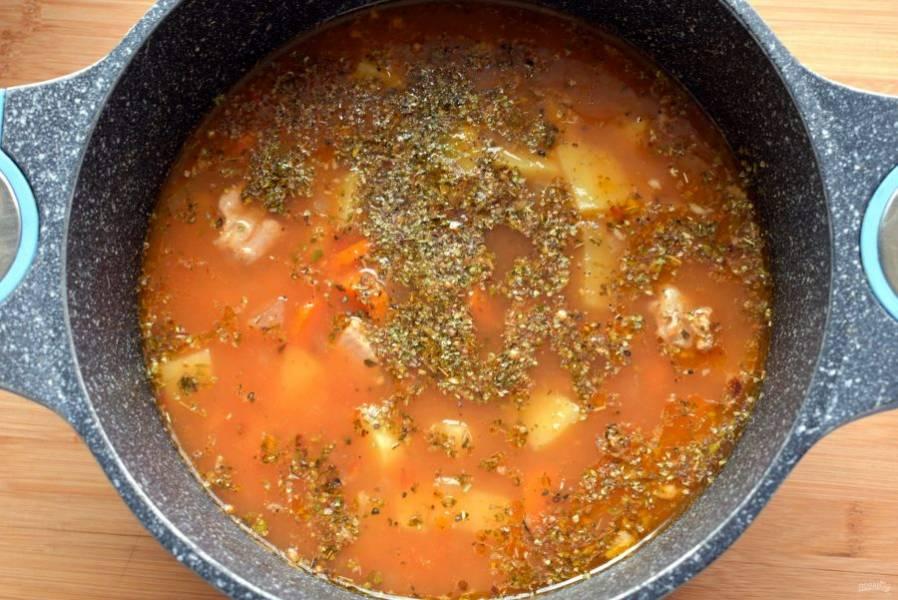 Посолите  по вкусу, добавьте  коричневый сахар, все крупномолотые виды перца и орегано, плотно накройте крышкой и варите еще минут 10-15, до мягкости картофеля.