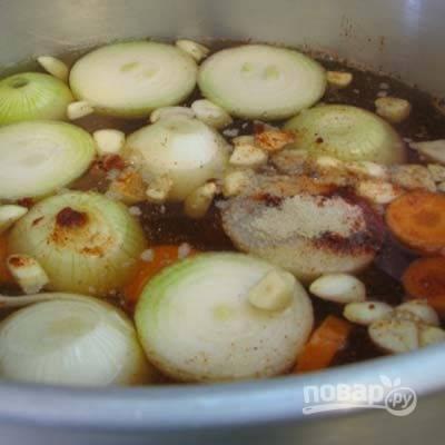 Сварите бульон. Опустите в кастрюлю с водой овощи, специи и проварите 30-40 минут.