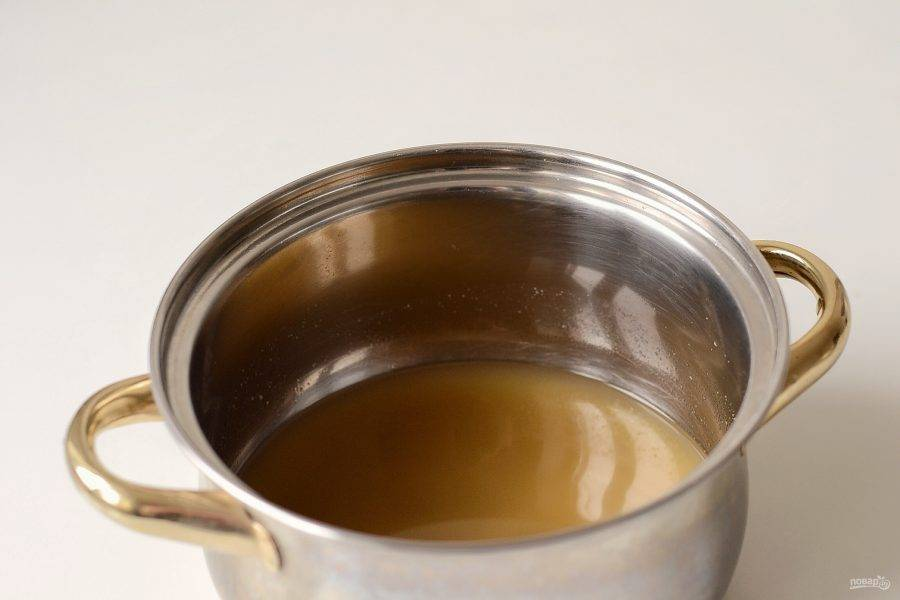 Отмерьте 1 стакан овощного бульона, добавьте сухой чеснок, жидкий дым, соль по вкусу и агар-агар. Доведите до кипения и проварите 1 минуту. В конце влейте растительное и кокосовое рафинированное масло.