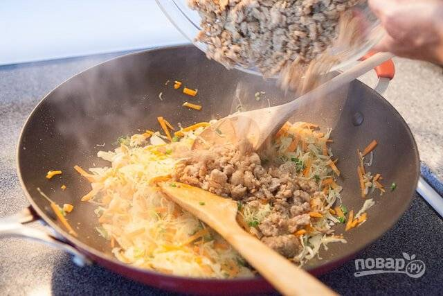 5. Выложите мясо к овощам, перемешайте и доведите до готовности. Снимите начинку с огня и хорошо остудите.