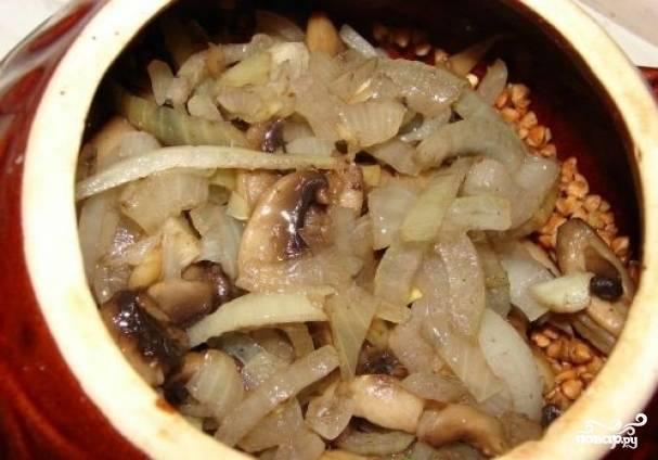 Добавляем лук с грибами в горшочек, куда насыпали гречку. Немного перемешиваем.