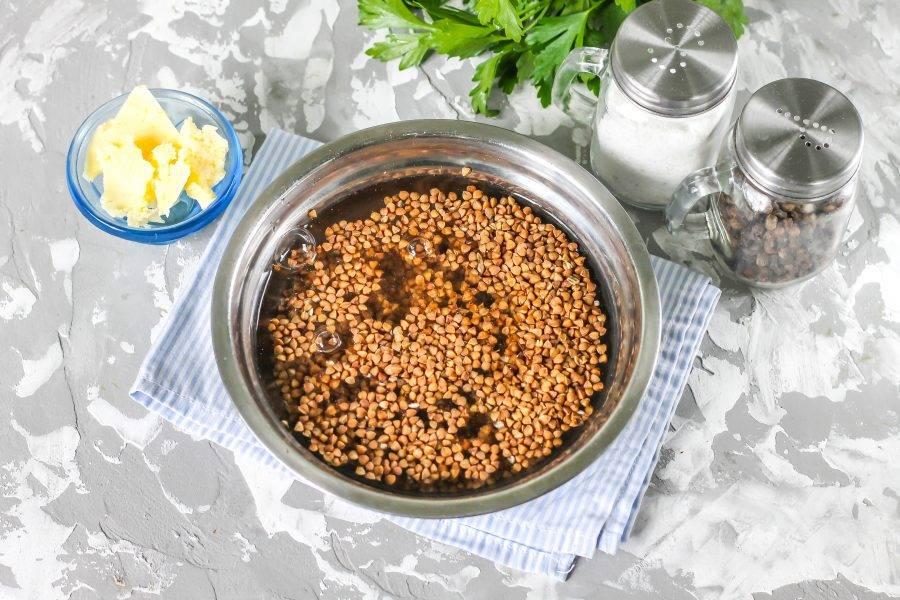 Гречневую крупу переберите, удалите подгоревшие зерна и залейте водой, промойте и слейте жидкость.