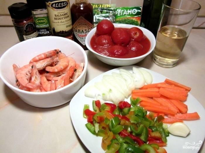 1. Вот такой набор продуктов будет необходим, чтобы повторить этот простой рецепт быстрого томатного супа с креветками. Для любителей остренького рекомендую также использовать соус Тобаско или его аналоги. Также при подаче можно дополнить суп бальзамиком.