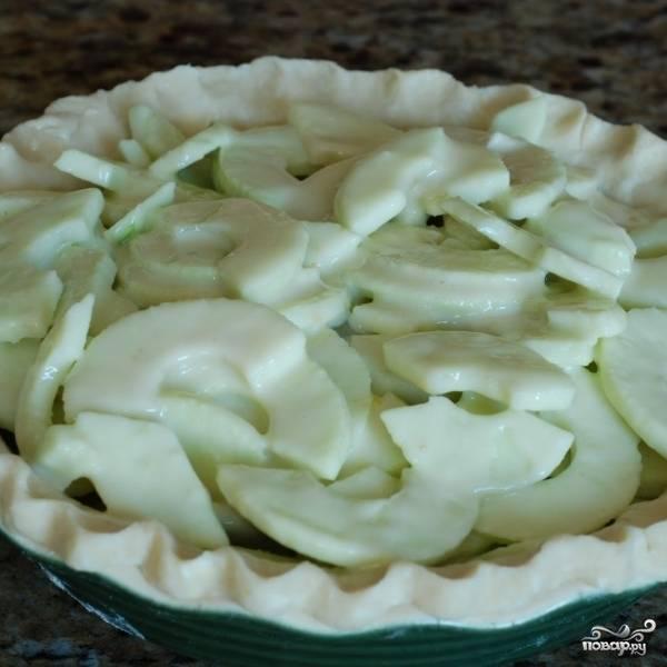 Получившуюся начинку кладем на тесто в форму для запекания. Ставим в разогретую до 170 градусов духовку на 40 минут.