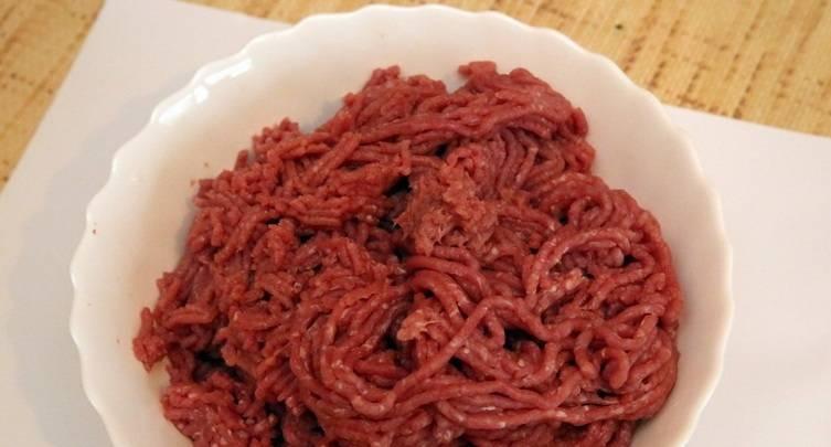 2. Перекручиваем фарш на мясорубке. Размер помола должен быть мелкий. В целом, чтобы приготовить колбасу докторскую в домашних условиях нужна электромясорубка с насадками для приготовления домашних колбас.