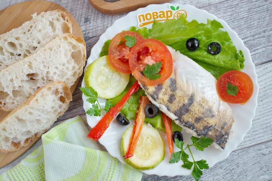 Подавайте судака с овощами со свежими помидорами, листьями салата и свежей зеленью. Приятного аппетита!