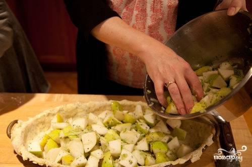 Все хорошенько перемешав, равномерно выкладываем начинку на тесто.