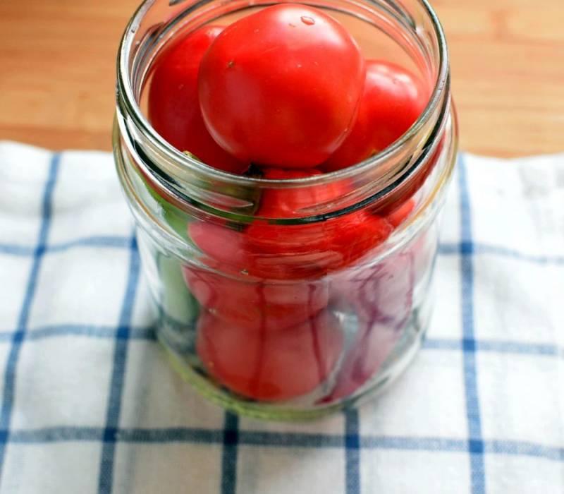 Плотно уложите помидоры в банку, выложив в середину перец. Острый перец я кладу целиком – он получается очень вкусным.