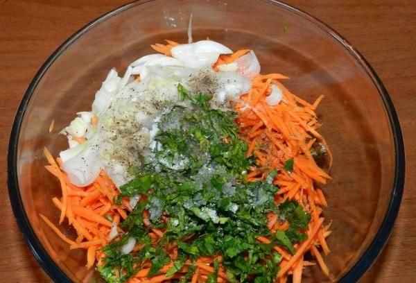 11. Посолить, поперчить, добавить сахар, уксус и растительное масло. Как следует перемешать и оставить салат на 15-20 минут, чтобы он пропитался заправкой. Вот и все, жареные баклажаны с морковью и чесноком в домашних условиях готовы.