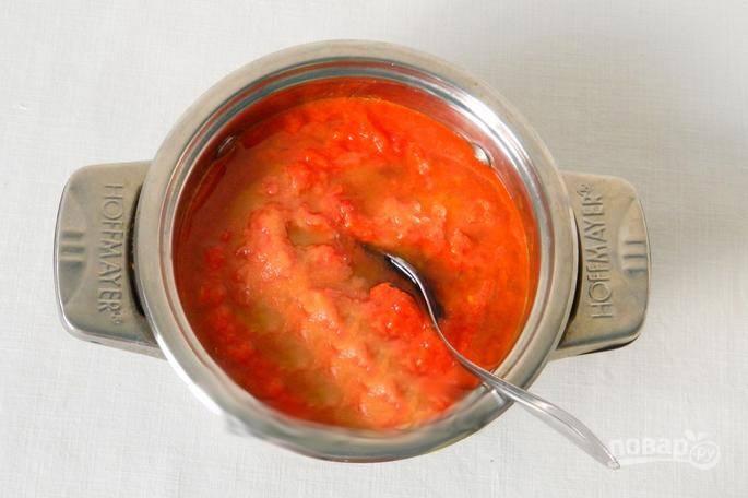 Перелейте в кастрюлю, посолите, добавьте масло и прокипятите пару минут.