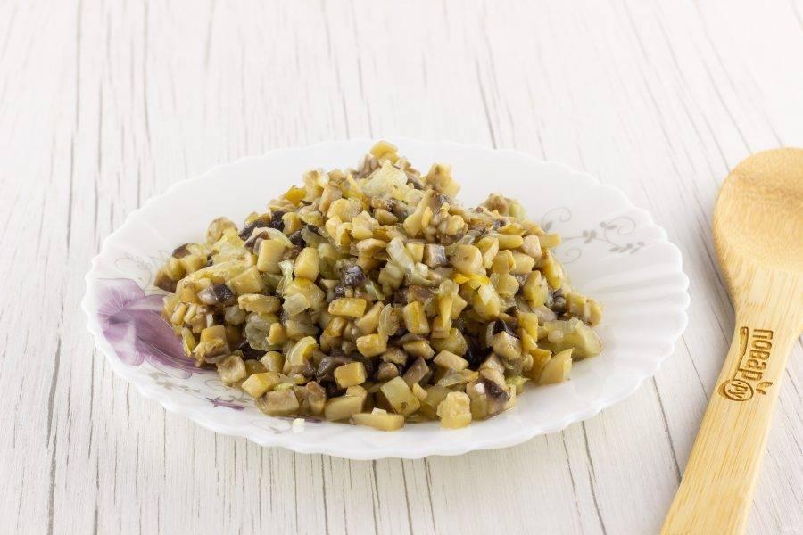 В 3 ст. л. растительного масла обжарьте лук до прозрачности, затем добавьте грибы, жарьте еще 3-4 минуты и в последнюю очередь добавьте чеснок на одну минуту. Немного посолите.