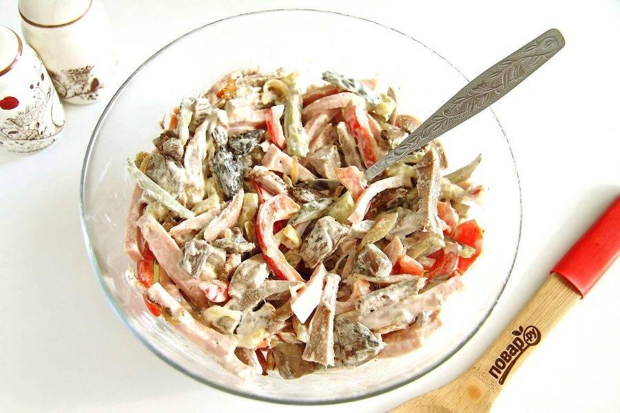 """Заправьте салат майонезом. Добавьте по вкусу соль и черный молотый перец. Перемешайте. Салат """"Каприз"""" готов. Подавать к столу его можно сразу же."""