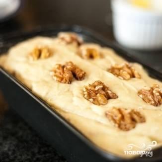 5. Выложите готовое тесто в смазанную сливочным или растительным маслом противопригарную форму. Сверху выложите орешки. Выпекайте в разогретой до 180 градусов духовке в течение часа и 15 минут. Готовность проверяйте деревянной зубочисткой или спичкой (она должна быть сухой!).