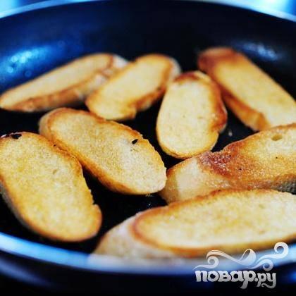 6. Растопить половину сливочного масла в большой сковороде и обжарить половину хлеба до золотистого цвета с обеих сторон. Повторить с другой половиной сливочного масла и хлеба.