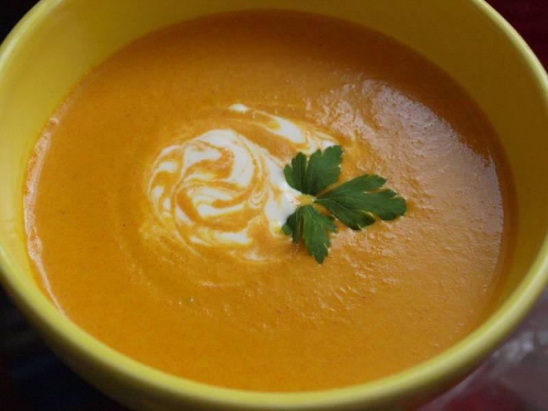 Суп подается со сметаной, зеленью и гренками. Приятного аппетита!