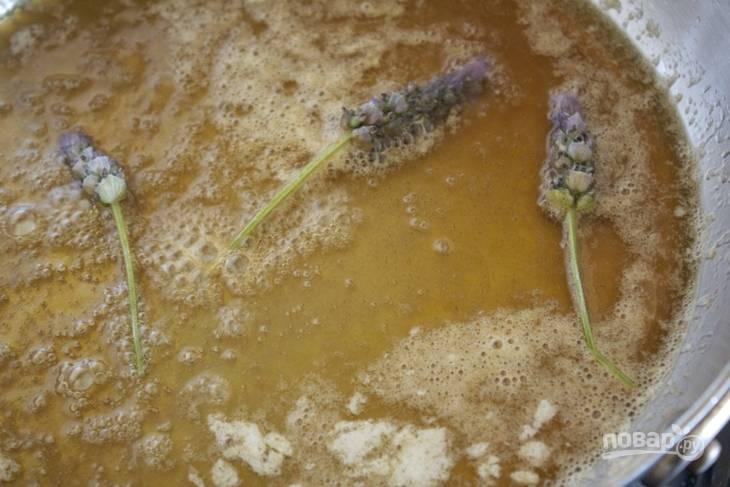 1. Подготовьте сковороду с высокими бортами. Растопите там сливочное масло, добавьте мед. В данном случае для аромата используются веточки лаванды. На медленном огне оставьте томиться минут на 5.