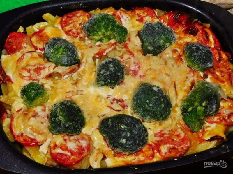 Затем посыпьте тертым сыром, выложите брокколи. Поставьте в духовку еще минут на 15.