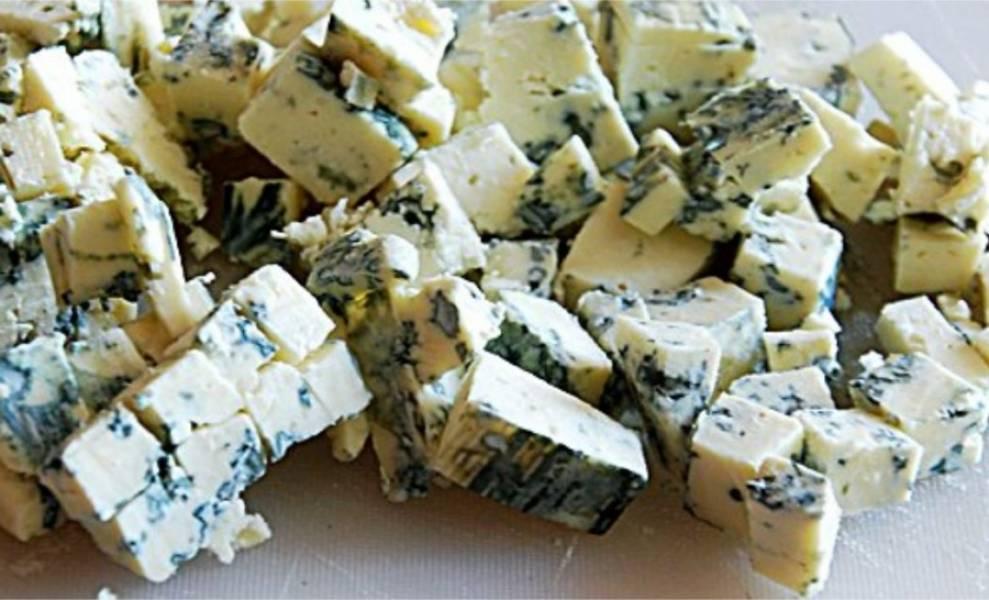 3. Сыр Дор Блю нарежьте крупными кубиками.