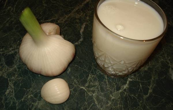 В качестве подливки у нас будет выступать молоко с чесноком. Очень просто и невероятно вкусно!