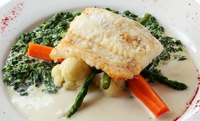 3. Подаем рыбу, щедро полив соусом. Можно также соус процедить или перетереть в блендере, если консистенция вам не нравится. Приятного аппетита!