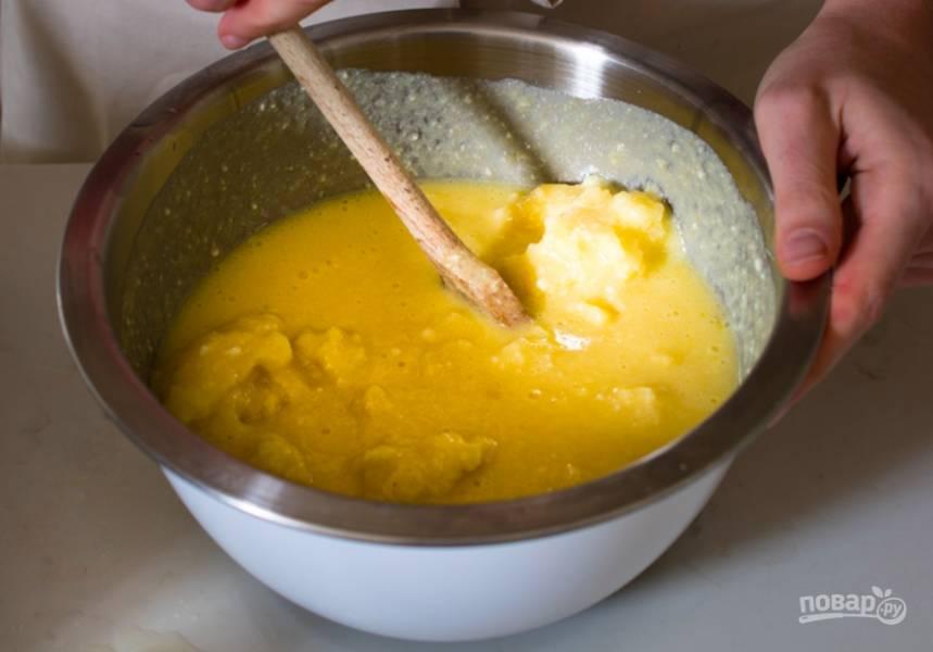 В отдельной миске смешайте яйца, рикотту, сахар, ванилин, лимончелло или лимонный сок, а также натертую цедру лимона.