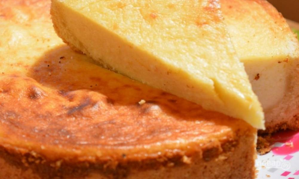 8. Когда форма остынет, извлеките пирог и наслаждайтесь его нежным вкусом!