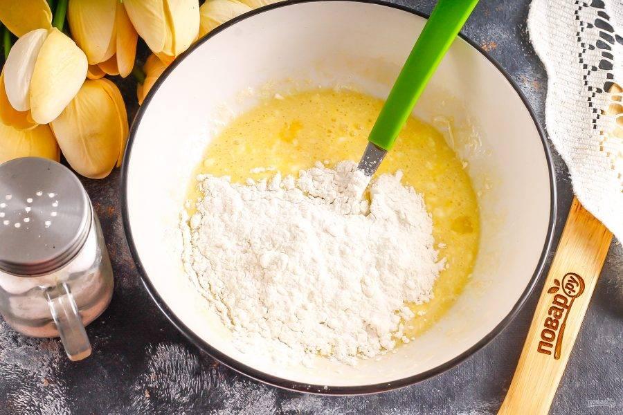 Всыпьте пшеничную муку и замесите тесто.